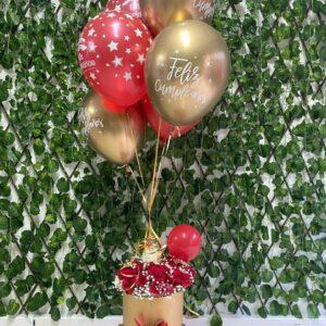 Cilindro en cartón industrial con rosas rojas , trago artesanal y 5 globos con helio