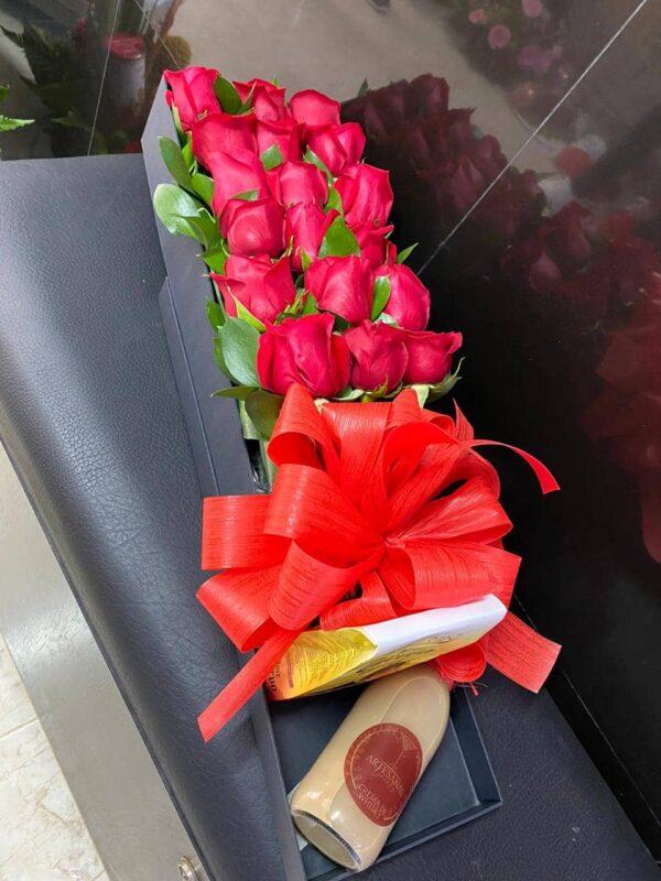 Caja en cartón industrial con rosas rojas, moño tela, chocolates José Cuervo , trago artesanal