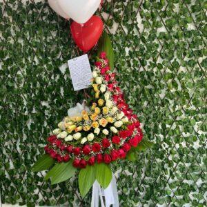 Ramo en 3D en rosas rojas , blancas y amarillas en base metálica de pie y 4 globos con helios