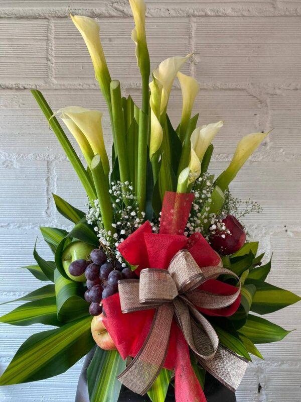 arreglo flores y frutas