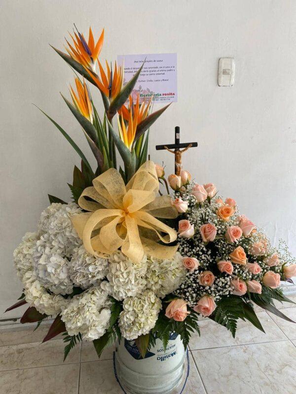 Ramo funebre en rosas color mandarina , peten días, aves de paraíso, moño en tela , yisofilia y cristo