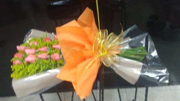 Bouquet en rosas naranjas , moño tela , solidago y globo con helio