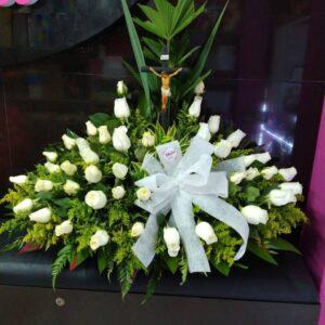 Ramo funebre rosas blancas , solidago , moño en tela y cristo