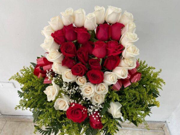 Corazón en rosas blancas y rojas , solidago , yisofilia y moño en cinta papel